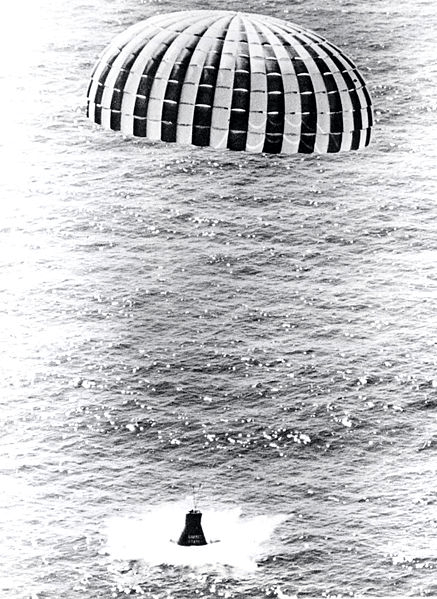 Ringsail parachute for space capsule
